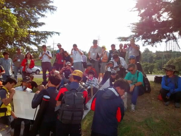 A geology lecture in the field