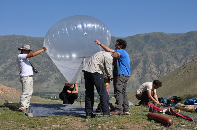 Setting-up the helium ballon for taking aerial imagery from the fault. This allows for photogrammetry (Structure-from-Motion) which we use to creat high-resolution DEMs.